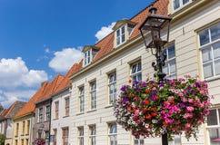 Blomma på ett gataljus i Doesburg Royaltyfri Foto