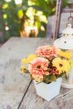 Blomma på trätabelltappningstil Royaltyfria Bilder