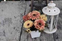 Blomma på trätabelltappningstil Arkivfoto