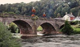 Blomma prydd bro över floden Usk royaltyfri foto