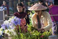 Blomma säljaren på den Kalaw marknaden Royaltyfri Foto