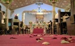Blomma skräpat ner golv under bröllop arkivbild