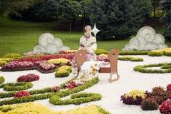 Blomma skulptur av modern och ett barn i vagga – blomsterutställningen i Ukraina, 2012 royaltyfri fotografi