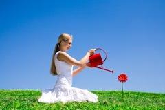 blomma som bevattnar kvinnabarn Royaltyfria Bilder