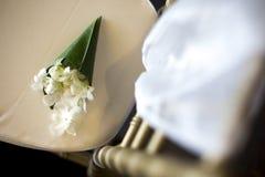 Blomma som dekoreras på bröllopstol royaltyfri foto