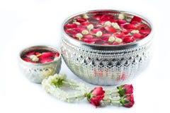 Blomma styrninghjulet och vatten med jusmine- och rosblomkrona I Arkivfoto