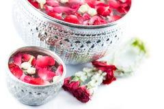 Blomma styrninghjulet och vatten med jusmine- och rosblomkrona I Arkivfoton