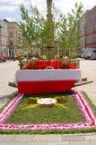 Blomma täckt altare för Corpus Christiservice Royaltyfri Foto