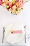 Blomma tabellgarneringar för ferier och bröllopmatställe Bordlägga uppsättningen för ferie-, händelse-, parti- eller bröllopmotta fotografering för bildbyråer