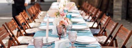 Blomma tabellgarneringar för ferier och bröllopmatställe Bordlägga uppsättningen för ferie-, händelse-, parti- eller bröllopmotta arkivfoto