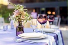 Blomma tabellgarneringar för ferier och bröllopmatställe Bordlägga uppsättningen för ferie-, händelse-, parti- eller bröllopmotta Arkivfoton