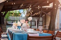 Blomma tabellgarneringar för ferier och bröllopmatställe Bordlägga uppsättningen för ferie-, händelse-, parti- eller bröllopmotta royaltyfri foto
