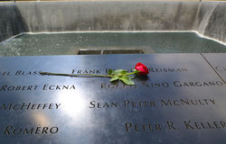 Blomma vänstert på den nationella 9/11 minnesmärken på ground zero i Lower Manhattan Royaltyfria Bilder