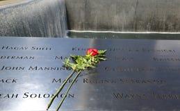 Blomma vänstert på den nationella 9/11 minnesmärken på ground zero i Lower Manhattan Royaltyfri Foto