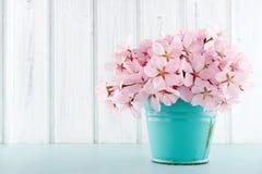 Blommabukett för körsbärsröd blomning på träbakgrund Royaltyfri Foto