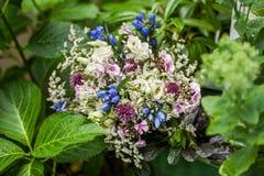 Blommabukett i trädgårdvegetation royaltyfri fotografi