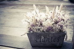Blommabukett på tappningtabellen Royaltyfria Bilder