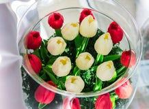Blommabukett som isoleras på vit bakgrund Blom- garnering royaltyfri foto