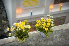 Blommabukett som lämnas av filippinska gravar royaltyfria bilder