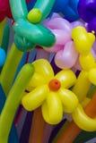 Blommaformer som göras av kulöra ballonger royaltyfria foton