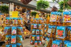 Blommafrö shoppar i mitten av Amsterdam, Nederländerna Arkivbilder