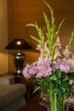 Blommagarnering i hotellrum Royaltyfri Fotografi
