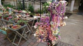 Blommagarnering på vårgatamarknaden arkivbild