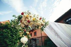 Blommagarneringar för den utomhus- bröllopceremonin Royaltyfri Fotografi