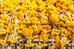 Blommagirlander i buddistiskt tempel Arkivbild
