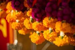 Blommagirlander i en tempel fotografering för bildbyråer