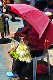 blommagirlandsäljare Royaltyfri Fotografi