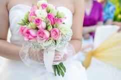 blommaholdingbröllop Royaltyfri Foto