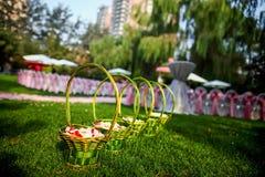 Blommakorg på bröllop royaltyfria bilder