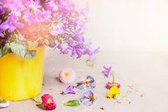 Blommakruka med klockablommor på ljus bakgrund Arkivbilder