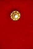 Blommaljus upptill av det thai röda taket Arkivbild