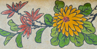 Blommamålning på granitväggen Arkivfoto