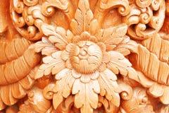 Blommamodell med sidor på träbakgrund arkivfoton
