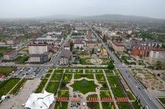 Blomman parkerar med symbolet av denpekade stjärnan av David och sikter av staden av Grozny, Tjetjenien, Ryssland Top beskådar royaltyfri bild