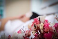 Blommanattduksbord vid säng i härlig flickasömn för sovrum fridfullt i säng arkivfoton