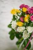 Blommande bukett av blommor - små rosor Fotografering för Bildbyråer
