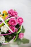 Blommande bukett av blommor - små rosor Arkivbild