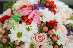 Blommaordning med fjärilar Royaltyfria Bilder