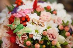 Blommaordning med fjärilar Fotografering för Bildbyråer