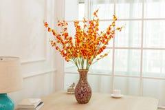 Blommaordning på tabellkontorsskrivbordet Royaltyfria Bilder