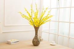 Blommaordning på tabellkontorsskrivbordet Royaltyfri Bild