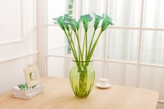 Blommaordning på tabellkontorsskrivbordet Arkivfoton