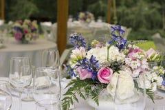 Blommaordningar på tabellen Royaltyfri Bild