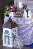 Blommaordningen i en korg dekorerar brölloptabellen i pur Royaltyfri Fotografi