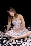 blommapetals som sitter kvinnabarn Arkivfoton