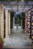 Blommaplanter i mitt av en korridor i den Naples botaniska trädgården i Naples Florida arkivfoto